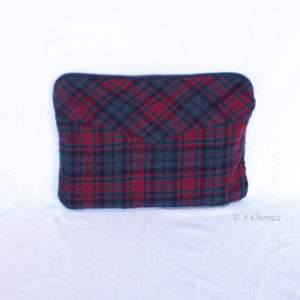 Housse pour Macbook upcycling chemise rouge 1 dos