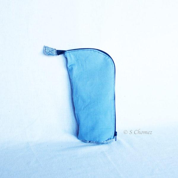 Trousse en mode Vertical upcycling nov - carré bleu clair ville